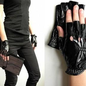 перчатках без пальцев
